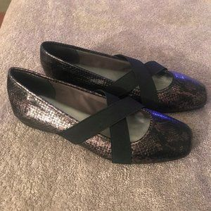 Size 8.5 Aubrey Lynn flats like new snake skin loo